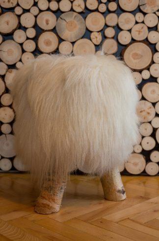 Białe krzesło ze skóry owczej